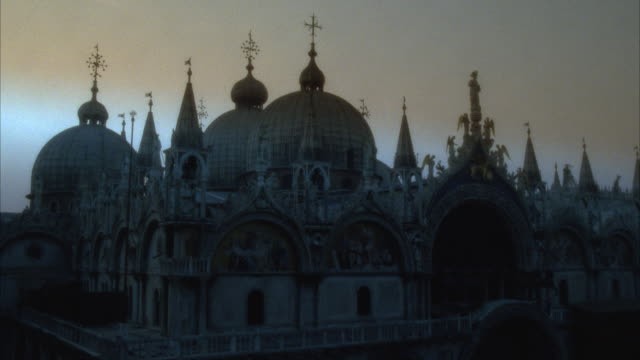 vidéos et rushes de cu high section of st mark's cathedral at dusk, venice, italy - byzantin