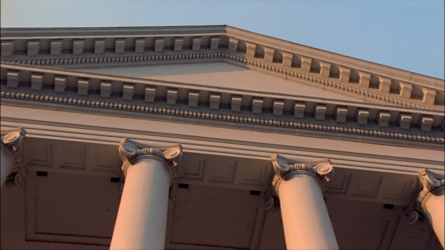 cu, la, pan, high section of virginia state capitol, richmond, virginia, usa - architrav stock-videos und b-roll-filmmaterial