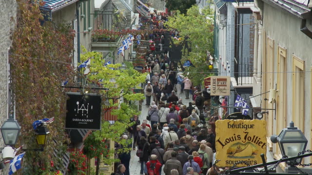 vídeos y material grabado en eventos de stock de high shot of crowds in champlain street - quebec