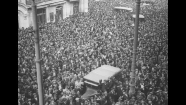 vídeos y material grabado en eventos de stock de thousands of people in square waving hats and scarves / ms man on balcony speaks to crowd below / note exact day not known - rebelión