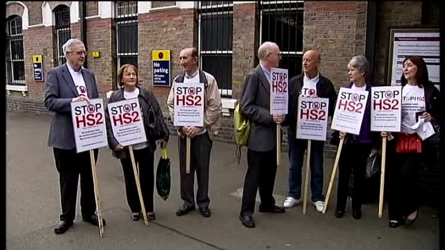 vídeos de stock, filmes e b-roll de second phase unveiled r13101104 / west london ruislip close shot of stop hs2 placards group of hs2 protesters with placards outside ruislip station... - stop placa em inglês