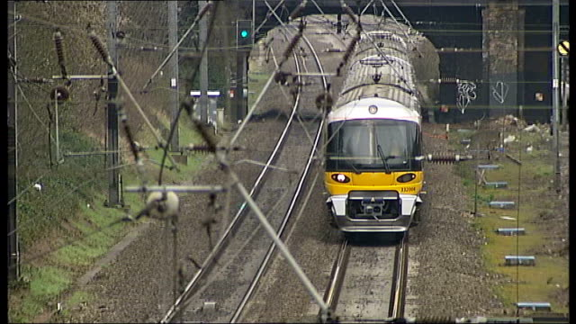 high speed 3 rail link backed by government lib london ext high angle shot of first capital connect train along track waterloo station south west... - kettenglied stock-videos und b-roll-filmmaterial