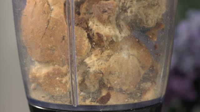 vidéos et rushes de high speed bread in blender - pain