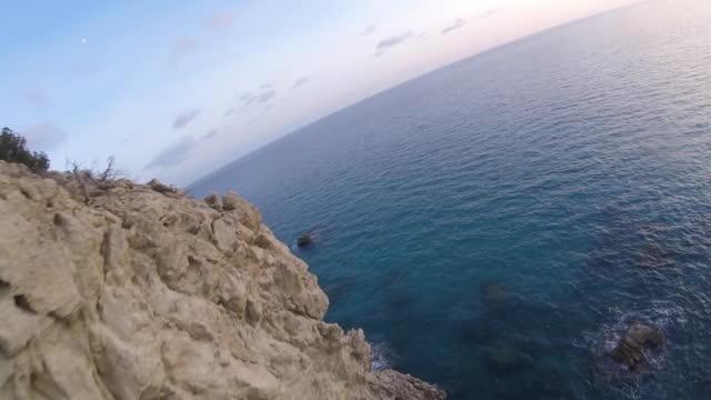 Abejón de alta velocidad de vuelo a lo largo de acantilados costeros