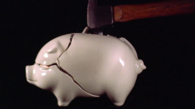 vídeos de stock, filmes e b-roll de high speed hammer breaking piggy bank full of coins - finanças domésticas