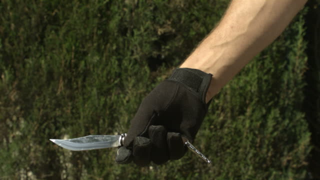 vídeos y material grabado en eventos de stock de high speed knife in gloved hand, thrown and caught, spain. - cuchilla