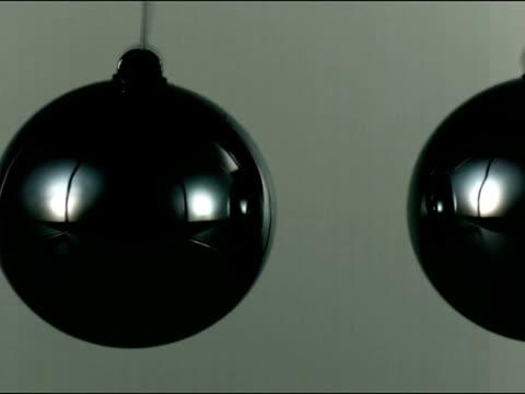 stockvideo's en b-roll-footage met high speed newton's cradle, one ball hits another - slinger van newton