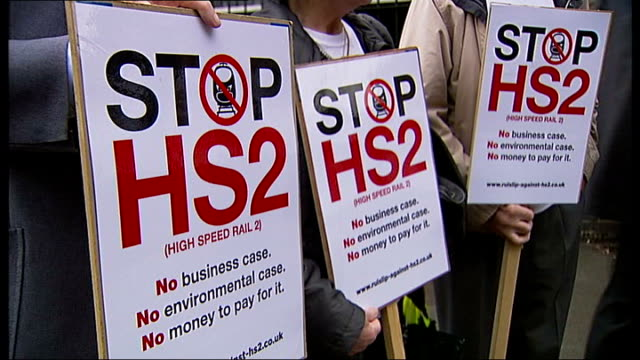 vídeos de stock, filmes e b-roll de government gives go ahead r13101104 / west london ruislip group of hs2 protesters with placards outside ruislip station close shot of stop hs2... - stop placa em inglês