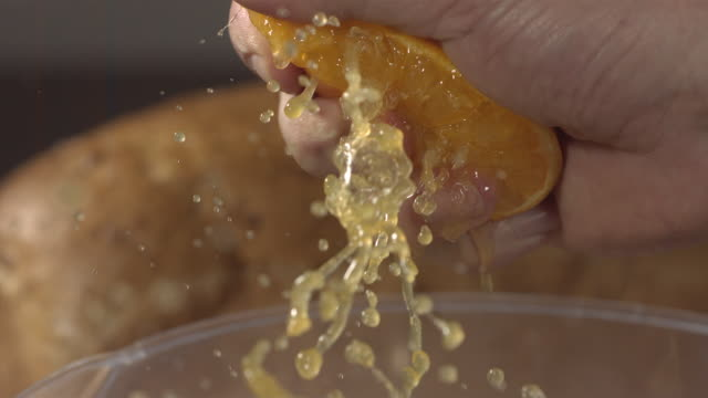 stockvideo's en b-roll-footage met high speed squeezing orange - sap