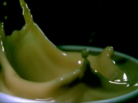 vídeos y material grabado en eventos de stock de high speed sugar lump dropping into hot drink, cu slow motion - taza