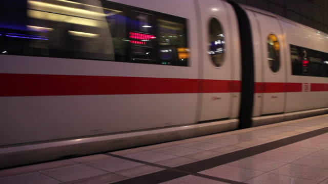 ms pan high speed train leaving station / cologne, north-rhine westphalia - 通勤電車点の映像素材/bロール
