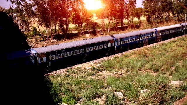 Train à grande vitesse se déplaçant vers l'avant