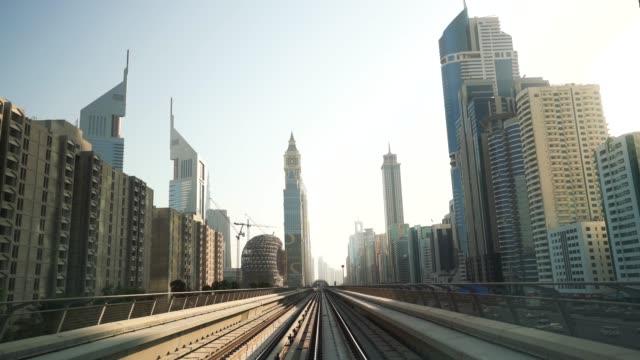 hochgeschwindigkeitsstrecke nach downtown dubai - einschienenbahn stock-videos und b-roll-filmmaterial
