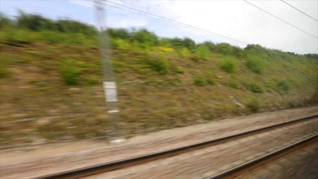 vidéos et rushes de fenêtre de train à grande vitesse - admirer le paysage