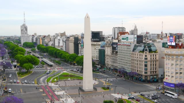high speed video of obelisk on avenida de julio in buenos aires - avenida 9 de julio video stock e b–roll