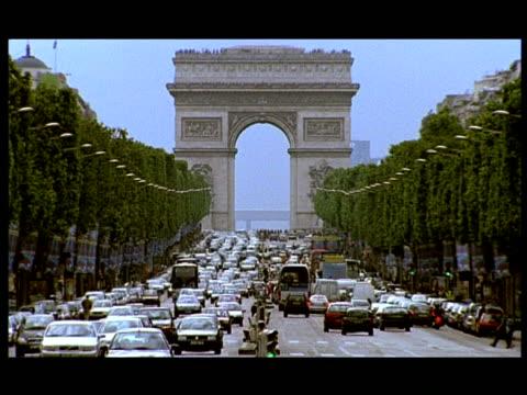 vidéos et rushes de high speed - wa grid locked traffic down avenue des champs-elysees to arc de triomphe, paris - arc élément architectural