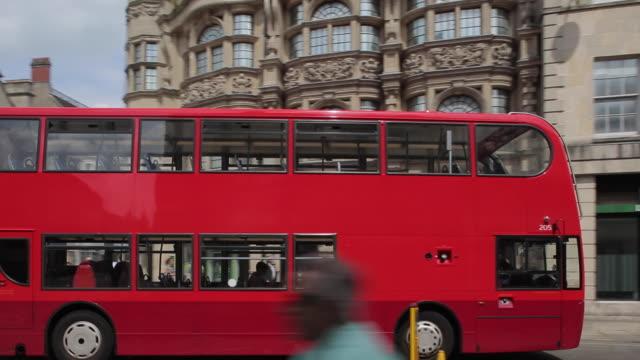 vídeos y material grabado en eventos de stock de high street, oxford, oxfordshire, england, uk, europe - autobús de dos pisos