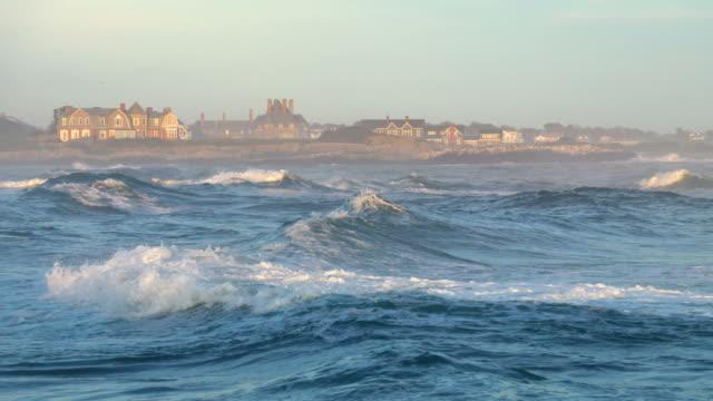 vidéos et rushes de hautes vagues à newport, rhode island - rhode island