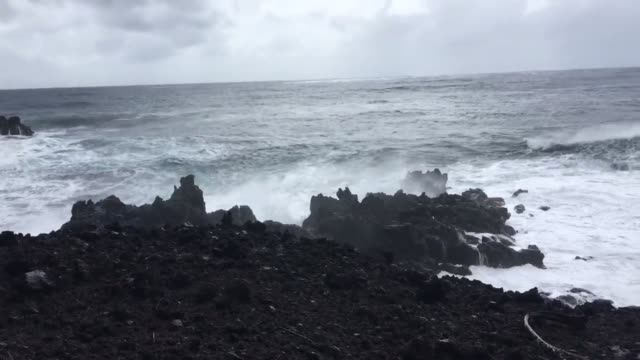 high surf near kahena beach in lower puna the cliffs are about 40 feet above normal sea level huge waves today - isole del pacifico video stock e b–roll