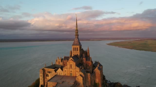 high tides - amazing aerial view of the sunset at mont saint-michel - normandie stock-videos und b-roll-filmmaterial