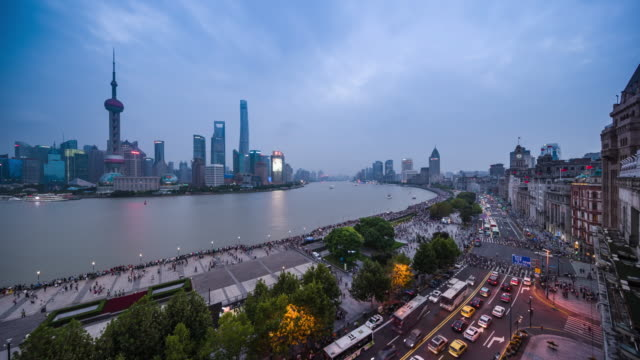 high up view of shanghai the bund old architecture and modern financial center dusk to night transition - 東方明珠塔点の映像素材/bロール