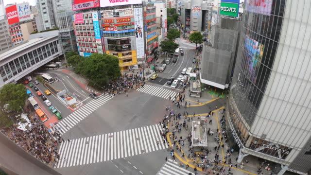 東京の渋谷交差点を見下ろすハイビュー - 十字路点の映像素材/bロール
