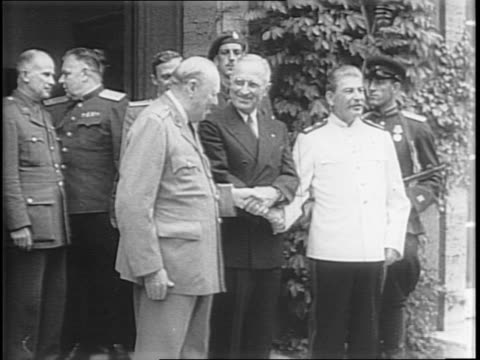 high view of press surrounding harry s truman, winston churchill, and joseph stalin in a courtyard garden / close-ups of truman, churchill, and... - potsdam brandenburg stock videos & royalty-free footage