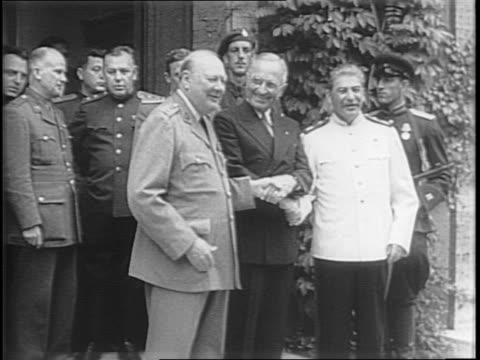 high view of press surrounding harry s truman, winston churchill, and joseph stalin in a courtyard garden / close-ups of truman, churchill, and... - pressekonferenz stock-videos und b-roll-filmmaterial