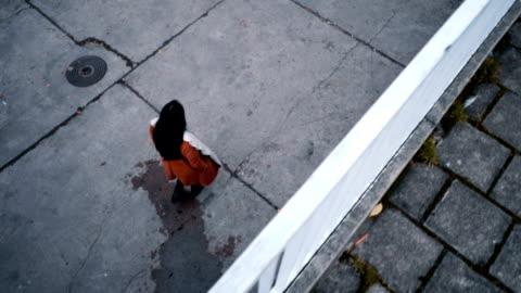 vídeos y material grabado en eventos de stock de alta vista de mujer caminando - cabello negro