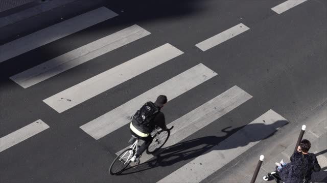 vídeos y material grabado en eventos de stock de high view on a street in paris. pedestrian crossing - paso de cebra