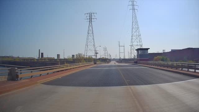 stockvideo's en b-roll-footage met high voltage power lines in industry area in indiana. - stroomtransformator