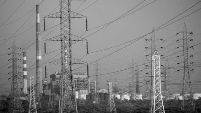high voltage power lines - torre struttura edile video stock e b–roll