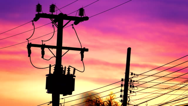 vídeos de stock e filmes b-roll de 4k: high voltage transformer with sunset background - alta voltagem