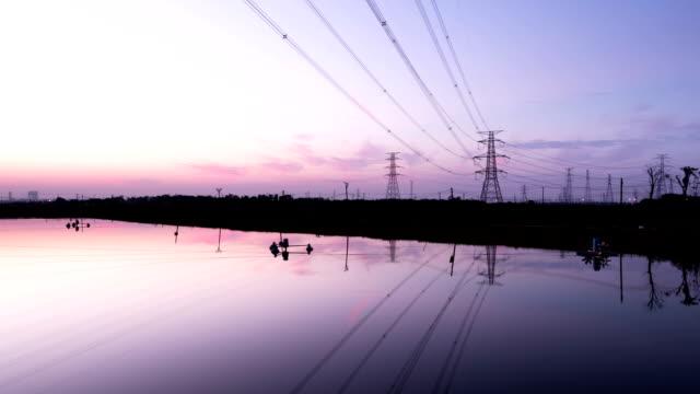 Alta tensión transmisión towers y vista panorámica de la puesta del sol