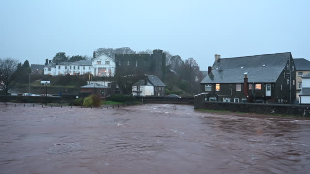 high water levels in the river usk on february 15, 2020 in brecon, united kingdom. the met office have issued an amber weather warning for rain in... - 中央ウェールズ点の映像素材/bロール