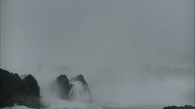 vídeos de stock, filmes e b-roll de high waves surge over the breakwater/shot at muroto city kochi japan on august 9 2014 - quebra mar