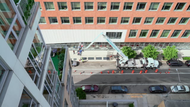 在紐約市哈萊姆使用提升平臺進行高空作業。高角度視圖。 - high street 個影片檔及 b 捲影像