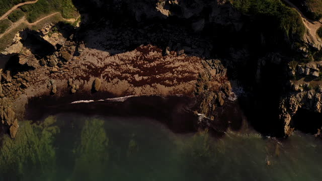vidéos et rushes de high-angle aerial video looking directly down at the coast of brittany, saint-gildas-de-rhuys, france, at daytime - littoral