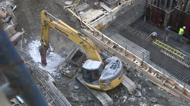highangle view of a heavyduty drill breaking up rock on a manhattan building site new york city usa fkax911w clip taken from programme rushes abma938f - schist stock videos and b-roll footage