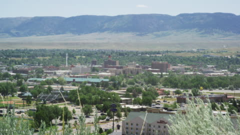 stockvideo's en b-roll-footage met een groothoekbeeld van de stad casper, wyoming met casper mountain erachter op een zonnige dag - wyoming