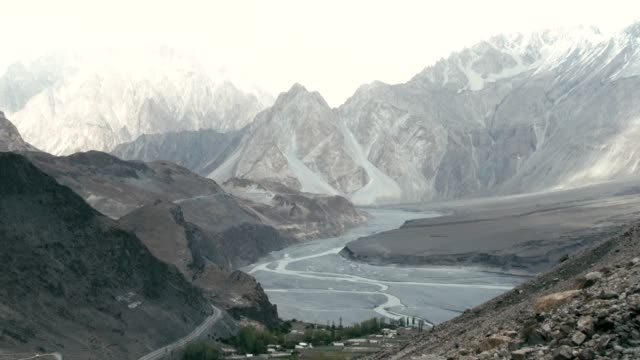 stockvideo's en b-roll-footage met high-angle view of the hunza river valley from the ghulkin glacier - valley