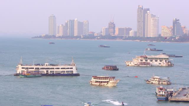 vídeos de stock, filmes e b-roll de opinião de ângulo elevado do louro de pattaya e muitos barcos no por do sol - ângulo agudo