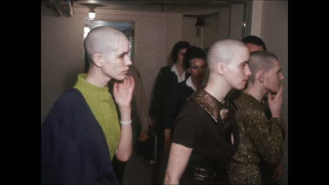 high-definition video footage of susan atkins, patriciaêkrenwinkelêand leslie vanêhouten. all displaying newly shaved heads, while walking down the... - crime or recreational drug or prison or legal trial点の映像素材/bロール