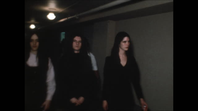 high-definition video footage of susan atkins, patriciaêkrenwinkelêand leslie vanêhoutenêwalking down the hallway that leads to a courtroom where... - crime or recreational drug or prison or legal trial点の映像素材/bロール