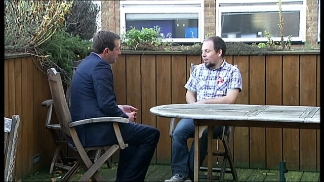 vídeos de stock e filmes b-roll de highest number of people with hiv live in london; england: london: ext reporter and richard bradley sitting at table in garden richard bradley... - retrovírus