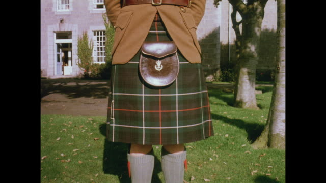 1981 highland regiment kilts - aberdeen schottland stock-videos und b-roll-filmmaterial