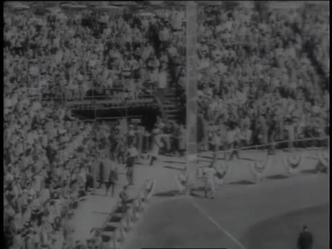 highlights from the 1958 world series between the new york yankees and milwaukee braves feature milwaukee's victories in the first two games. - new york yankees stock-videos und b-roll-filmmaterial
