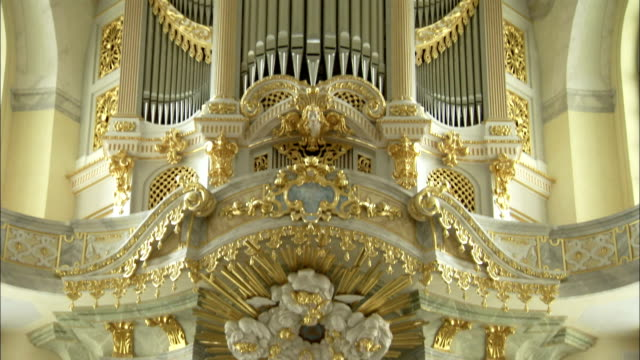 a highly decorated and gilded altar and pipe organ adorns the sanctuary in the dresden frauenkirche. available in hd. - パイプオルガン点の映像素材/bロール