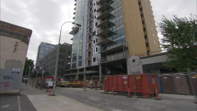 ws tu la high-rise apartment building under construction in pearl district / portland, oregon, usa - portland oregon homes stock videos & royalty-free footage