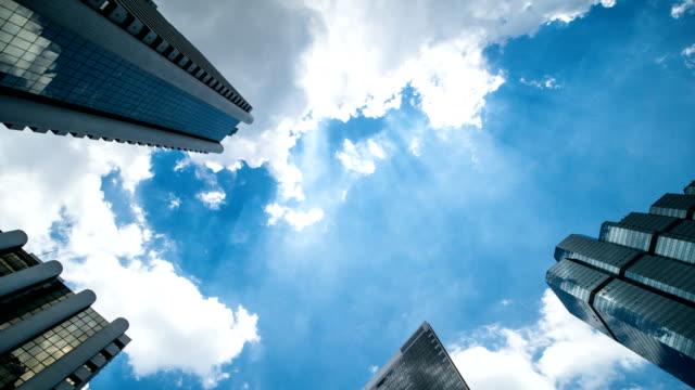 vídeos de stock e filmes b-roll de high-rise buildings and blue sky - exterior de edifício